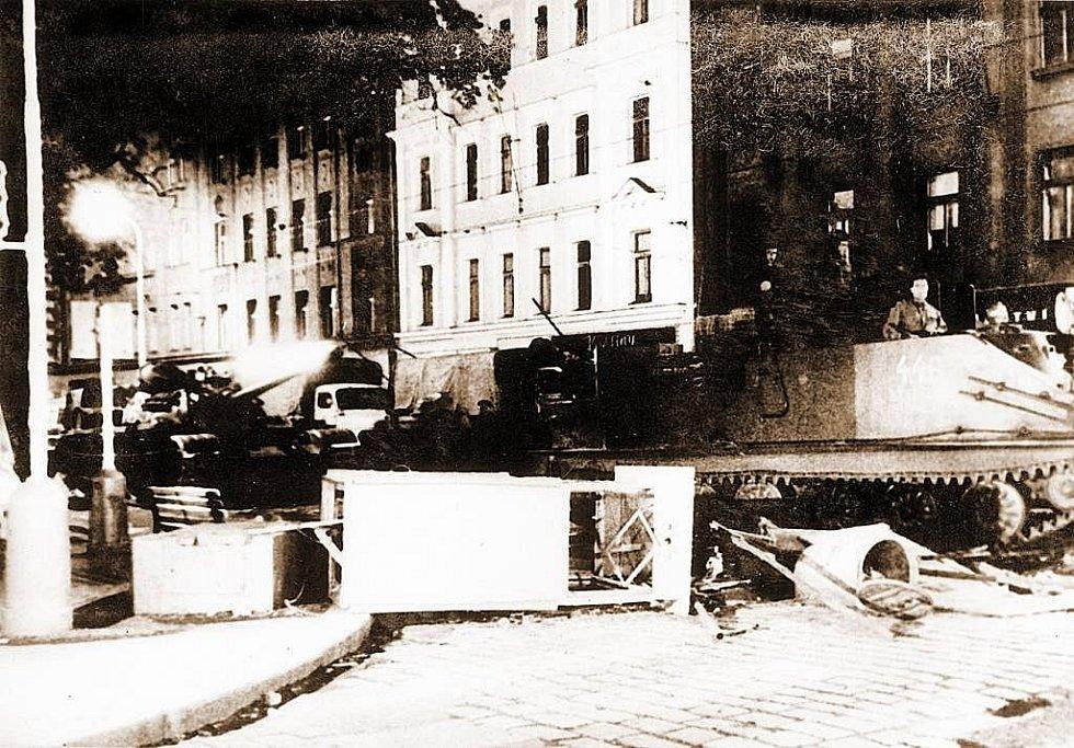 AKTIVNÍ ODPOR. Při prvním výročí invaze armád států Varšavské smlouvy do Československa se na řadě míst objevily i barikády. Tahle byla 21. srpna 1969 v Praze na křižovatce Tylova náměstí a Rumunské ulice.