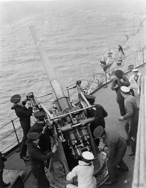 Obsluha protiletadlového děla na palubě Royal Oak