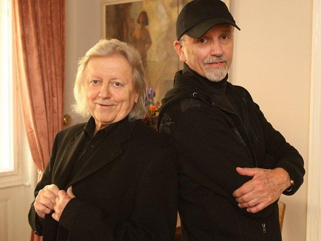 """JANA A VÁCLAVA NECKÁŘOVI od sebe dělí necelých šest let. První letos v únoru oslavil 63. narozeniny, druhý v říjnu 69. """"To už ani nestojí za nějaké slavení,"""" říkají. """"Spíše je pozoruhodné, že jako Bacily jsme spolu vydrželi už 41 let."""""""