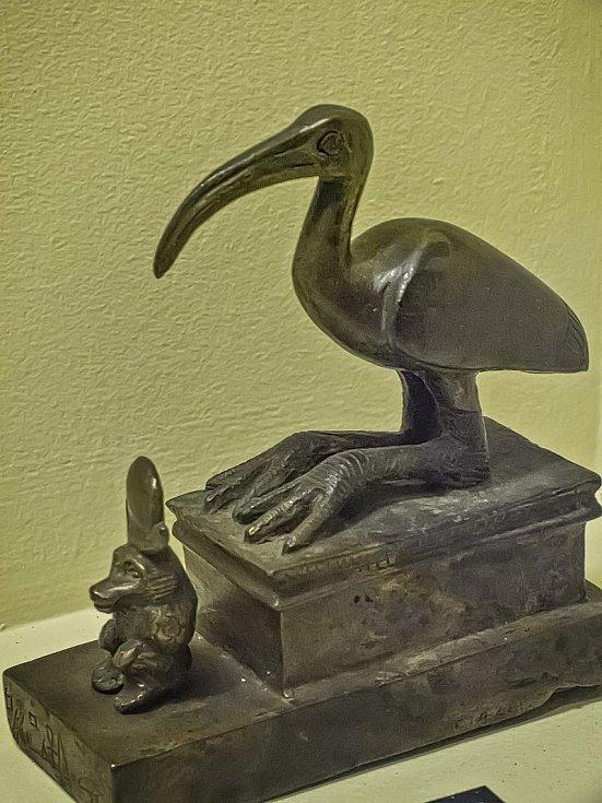 Bronzová soška sedícího ibise posvátného z egyptského Penn Muzea