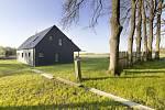Součástí původního selského dvora s chalupou, stodolou a sýpkou je nově postavený hostinský dům a ranč.