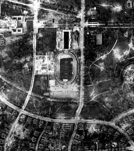Záběr z amerického bombardéru na zničené město