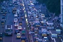Hromadné zácpy na indických i jiných silnicích přispívají ke zvyšování úrovně emisí oxidu uhličitého v ovzduší. Řešení však nepřichází a pravděpodobně ani hned tak nebude.