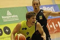 Basketbalisté Brna (ve žlutém) proti Děčínu.