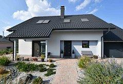 1.Dům je obklopen zahradou, která přímo vybízí k relaxaci.