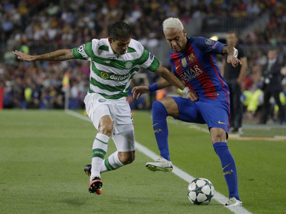 Neymar z Barcelony (vpravo) a Cristian Gamboa Celticu.