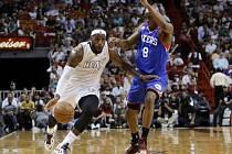 Hvězdný LeBron James (vlevo) režíroval vítězství Miami nad Philadelphií.