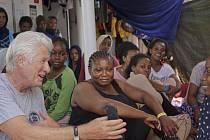 Migranty na záchranné lodi navštívil herec Richard Gere
