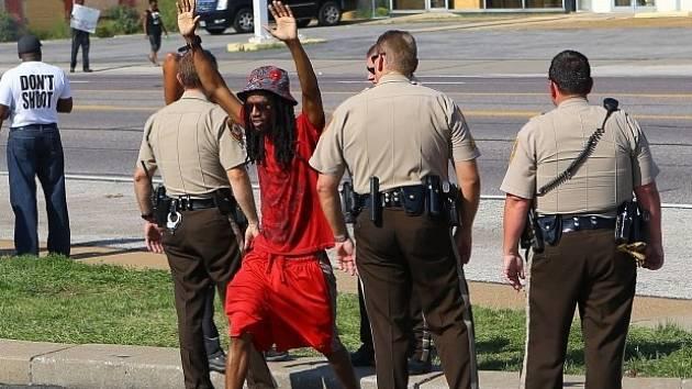 Na protesty ve Fergusonu dohlíželi policisté.