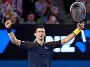 Novak Djokovič se raduje z triumfu na Australian Open.