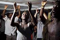 Migranti na palubě humanitární lodi Open Arms po zakotvení u italského ostrova Lampedusa