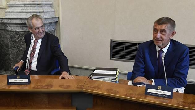 Zleva prezident Miloš Zeman a premiér Andrej Babiš (ANO) na jednání vlády