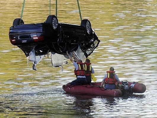 Na pražském Hlávkově mostě se 16. července stala nehoda dvou vozidel. Jedno prorazilo betonové zábradlí a spadlo do Vltavy, na místě zasahovali potápěči. Auto už hasiči z vody vyzvedli.