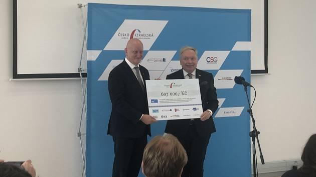 Rektor ČVUT Vojtěch Petráček (vlevo) přebírá šek od prezidenta Česko-izraelské smíšené obchodní komory Pavla Smutného