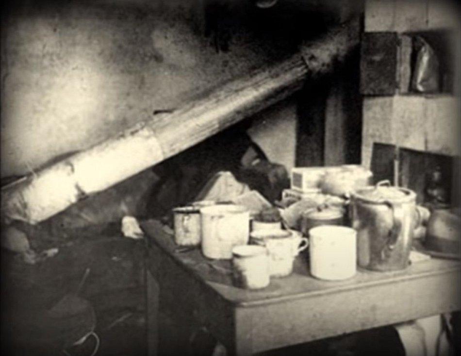 V zavařovacích lahvích, hrncích i sudech byly naloženy lidské ostatky, nechyběly ani doplňkové pochutiny