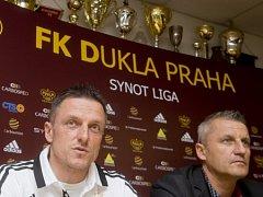 Luboš Kozel (vlevo) na tiskové konferenci před startem jarní části fotbalové ligy