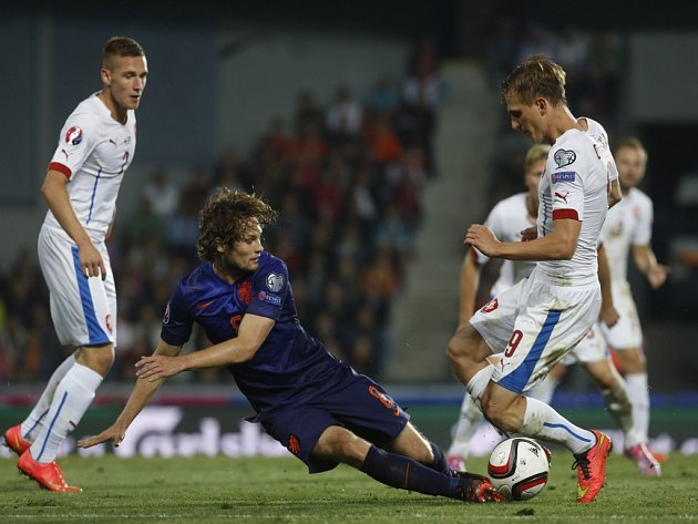 Čeští fotbalisté (v bílém) proti Nizozemsku.