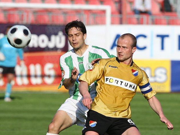 Martin Lukeš v dresu Baníku Ostrava (vpravo) během zápasu proti Bohemians Praha.