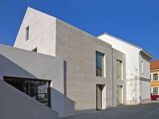 Mikulov má architektonickou perlu. Soukromá Galerie Závodný, otevřená na sklonku minulého roku, získala v prestižní soutěžní přehlídce soudobé české architektury Grand Prix architektů první místo v kategorii novostaveb.