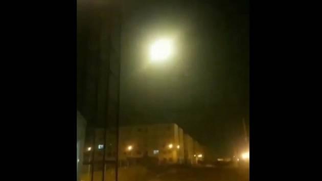 Ukrajinské dopravní letadlo u Teheránu v okamžiku výbuchu na snímku pořízeném z videonahrávky z 8. ledna 2020.