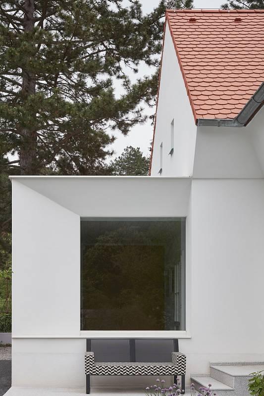 Nově byla přistavěna vstupní chodba, zadní okno ji propojuje se zahradou.