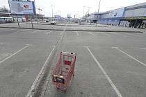 Parkoviště zavřeného nákupního centra v polské Varšavě.