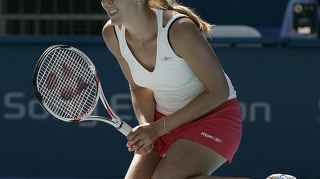 Nicole Vaidišová na kolenou.