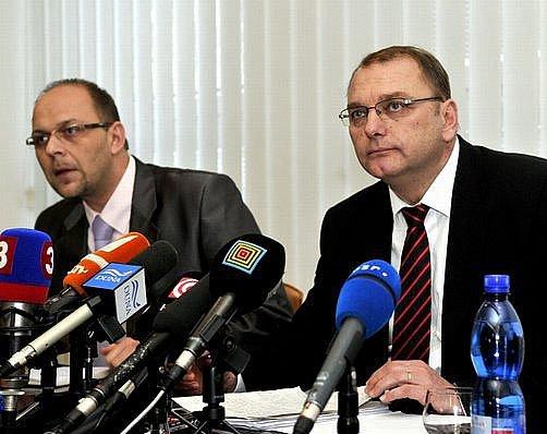 Ministr dopravy Ľubomír Vážny (vpravo) a jeho mluvčí Stanislav Jurikovič