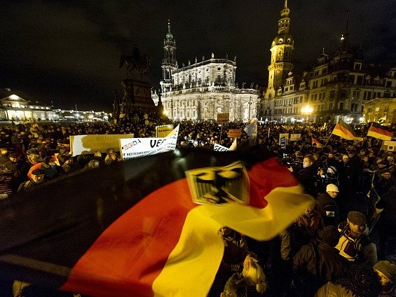 Jedna z prosincových demonstrací hnutí Vlastenečtí Evropané proti islamizaci Západu (Pegida) v Drážďanech. Ilustrační foto.