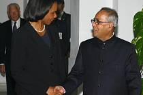 Indický ministr zahraničí Pranáb Muchardží na společné tiskové konferenci s americkou šéfdiplomatkou Condoleezzou Riceovou