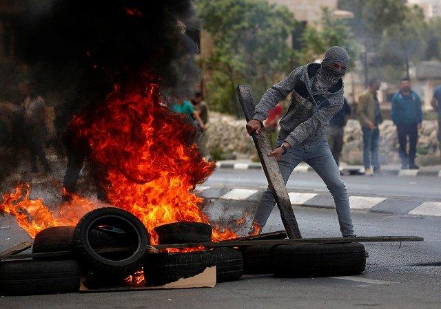 Palestinci protestují proti přesunutí americké ambasády do Jeruzaléma.