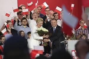 Polský prezident Andrzej Duda a jeho manželka Agata Kornhauserová-Dudová na setkání s Dudovými příznivci ve druhém kole voleb polské hlavy státu 12. července 2020