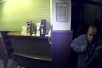 Na snahu maskovat se pomocí kapuce, a především na zničení bezpečnostních kamer vsadil dosud neznámý muž, kterého policisté z pražského Žižkova už bezmála měsíc hledají kvůli podezření z krádeže v hotelu v Cimburkově ulici.
