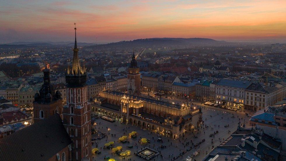 Krakov, noční pohled na hlavní náměstí Rynek Glowny