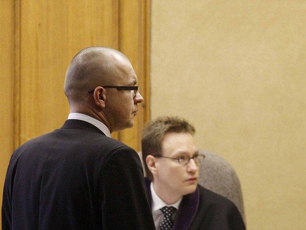 Jaroslav Škárka předává soudu nahrávku