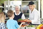 Oběd ve školní jídelně - Ilustrační foto