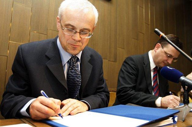 Místopředseda vlády a ministr práce a sociálních věcí Petr Nečas a evropský komisař pro nezaměstnanost, sociální věci a rovné příležitosti Vladimír Špidla (na snímku vlevo) slavnostně podepsali dne 16. října v PS první tři české operační programy.