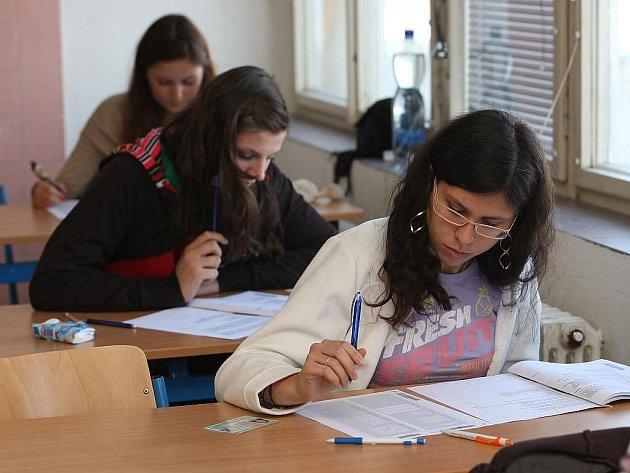 Na středních školách proběhla generálka státních maturit. Studenti psali testy z českého jazyka a jednoho cizího jazyka či matematiky. Generálka měla prověřit, jestli je na start státních maturit na jaře 2011 vše připraveno.