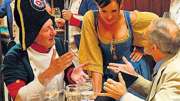 Svatba bude. Starosta (Bolek Polívka) s pomocí švarné vrchní (Jitka Čvančarová) přesvědčuje otce nevěsty (Robert Russell), že jeho vesnice má Francouze ráda.