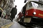 Na zastávkách MHD takzvaného vídeňského typu je úroveň vozovky srovnána s chodníkem. Zatím jich v Praze moc není, ale postupně budou přibývat.