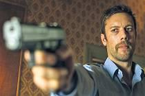 Z cesty! Robert (Jakob Cedergren) ctí zákon a nehodlá se svému poslání zpronevěřit...