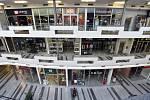 Zavřené prodejny v obchodním centru.