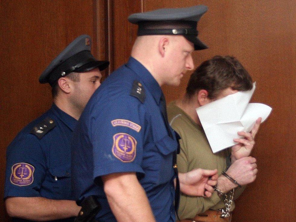 Zelenka si u soudu zakrýval obličej.