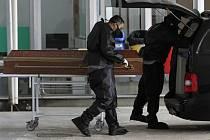 aměstnanci nakládají rakev s tělem zemřelého na covid-19 ve Fakultní nemocnici v Brasílii.