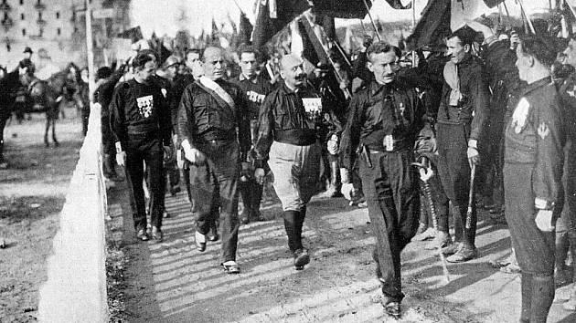 Mussolini v říjnu roku 1922 během tzv. Pochodu na Řím, jímž si pomohl ke svržení italské vlády a k uchvácení absolutní moci