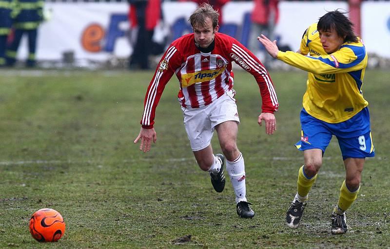Pavol Straka v dresu Viktorie Žižkov (v červeno-bílem) a Vitali Trubila ze Zlína (Sezona 2008/2009)