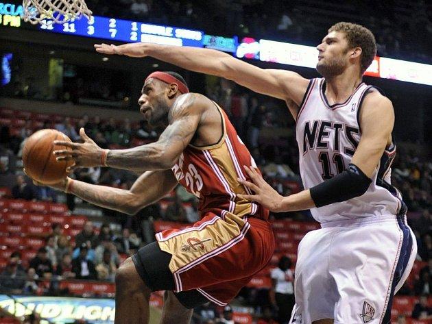 New Jersey Nets center Brooku Lopezovi z New Jersey (vpravo) se nepodařilo zastavit LeBrona James z Clevelandu.