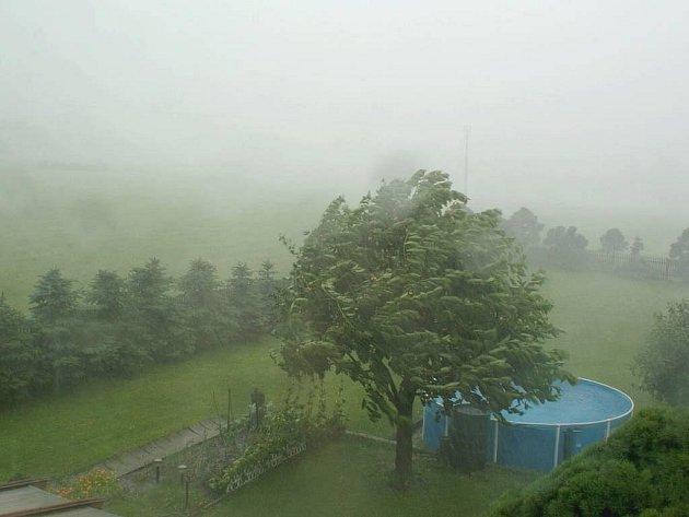 Libouchec na Ústecku přepadl v úterý večer kolem 17.00 hodiny silný déšť, bouřky a krupobití.