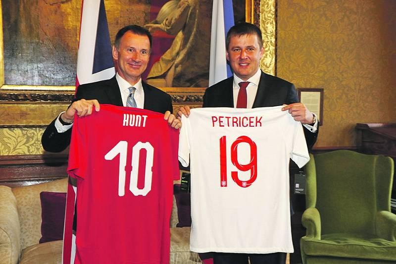 Fanoušci. Tomáš Petříček (vlevo) si s britským šéfem diplomacie Jeremy Huntem si Petříček před pátečním fotbalovým utkáním vyměnil dresy.