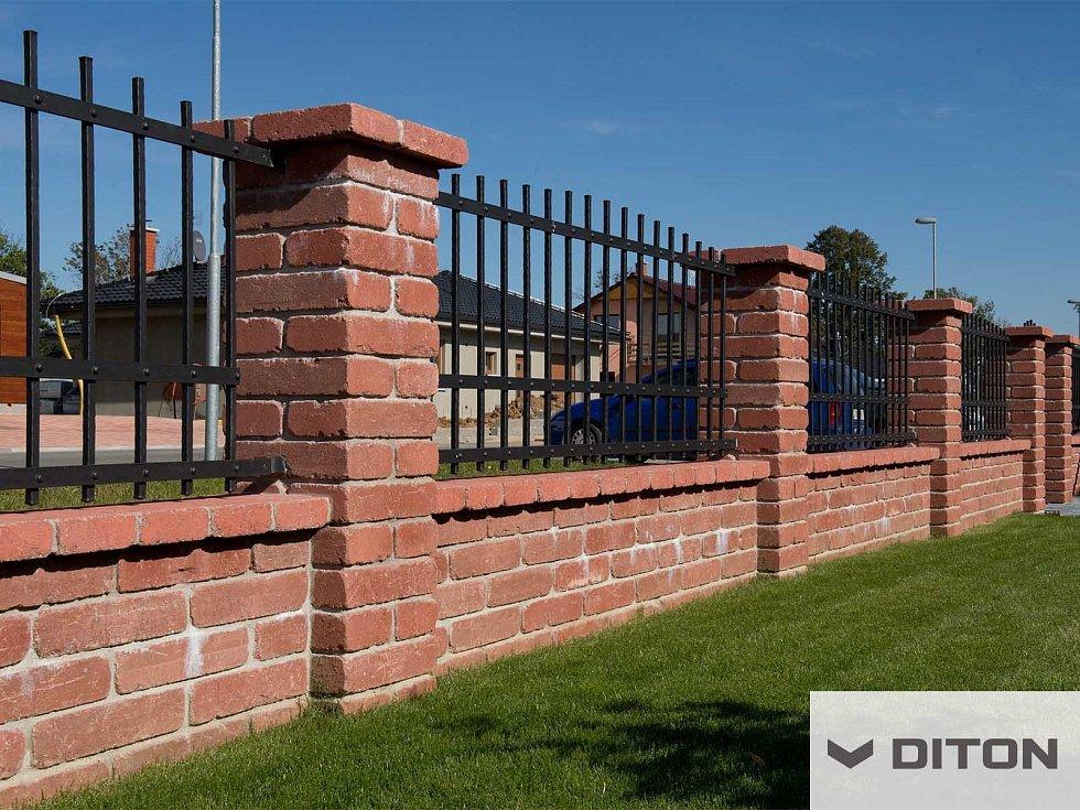 Stavba plotu není levná záležitost, ale rozhodně se dá ušetřit. Stačí k tomu správný výběr materiálu a trocha šikovnosti.
